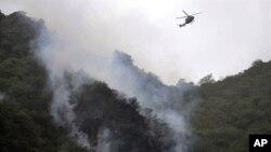 جائے حادثہ پر امدادی کارروائیوں میں ہیلی کاپٹربھی حصہ لے رہے ہیں۔