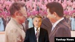 문재인 한국 대통령 당선인이 지난 2012년 10월 10.4 남북정상선언 5주년 기념 토론회에서 대북정책 구상을 밝히고 있다.
