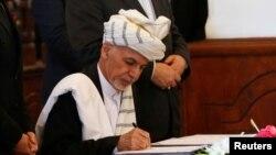 Президент Афганістану Ашраф Гані підписує мирну угоду з угрупованням Гезбі-Ісламі