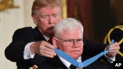 Президент Трамп вручил высшую военную награду Соединенных Штатов – Медаль Почета – капитану Армии США в отставке Гэри Майклу Роузу