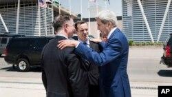 የዩናይትድ ስቴትስ ልዩ ልዑክ ብረት ብግሩክ (Brett Mcgurk) ከየዩናይትድ ስቴትስ ውጭ ጉዳይ ሚስተር ጆን ኬሪ ( John Kerry) ጋር