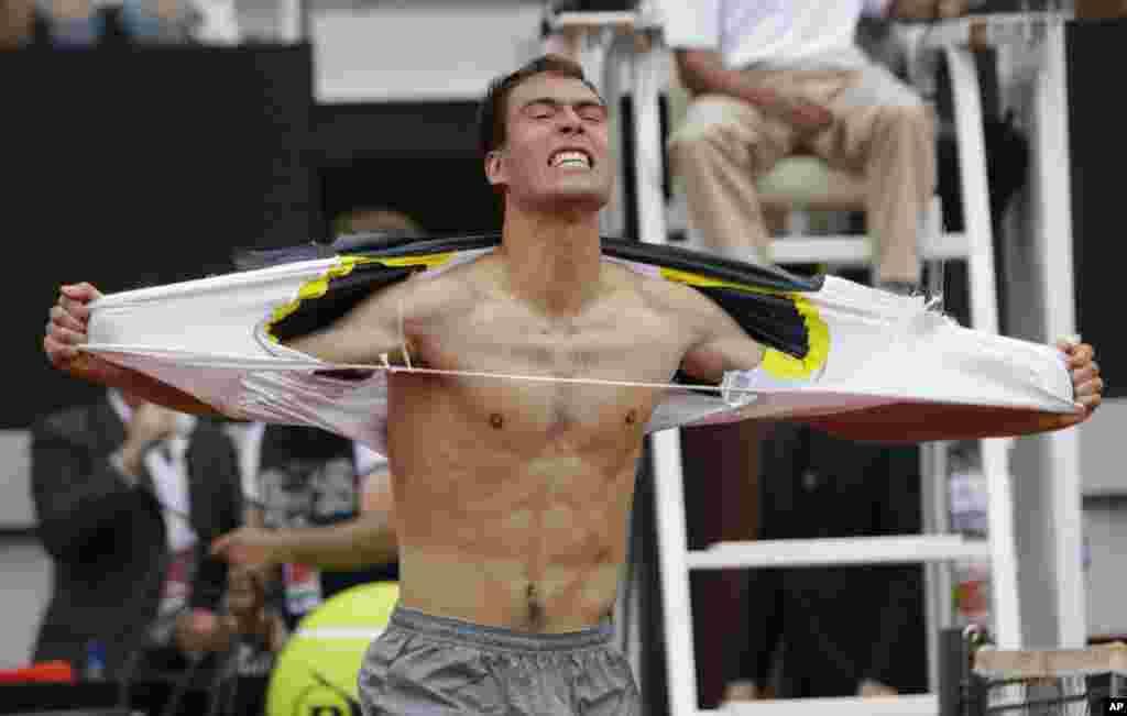 Tay vợt Jerzy Janowicz của Ba Lan ăn mừng sau khi thắng Wilfried Tsonga người Pháp trong giải Ý mở rộng diễn ra ở Rome.