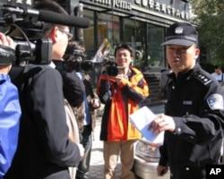警察要求记者出示证件