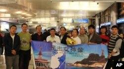 陈维明( 右五 )返抵洛杉矶受到筹备会成员欢迎 右四为郑存柱