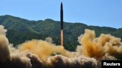 شمالی کوریا کا تازہ بین الابراعظمی میزائل تجربہ۔ 5 جولائی 2017