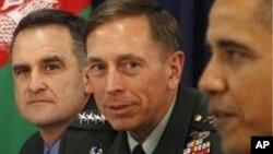 قائم مقام خصوصی امریکی نمائندے برائے پاکستان اور افغانستان فرینک رجیریو (بائیں) ایک فائل فوٹو میں جنرل ڈیوڈ پیٹریس اور صدر اوباما کے ساتھ۔