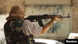 Một chiến binh của Quân đội Syria Tự do chiến đấu trong thành phố Aleppo, 31/7/12