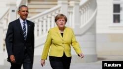 美国总统奥巴马和德国总理默克尔在德国汉诺威的欢迎仪式上检阅仪仗队(2016年4月24日)