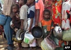 موگادیشو میں بے گھر افراد خوراک وصول کرنے کے لیے قطار میں کھڑے ہیں۔ فائل فوٹو