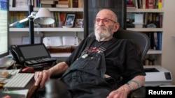 ທ່ານ Larry Kramer ນັກເຄື່ອນໄຫວດ້ານການຕໍ່ສູ້ໂຣກ AIDS ນັ່ງຢູ່ອາພາດເມັນຂອງລາວ ໃນນະຄອນນິວຢອກ, ວັນທີ 24 ມິຖຸນາ, 2019 (ພາບຖ່າຍໂດຍ REUTERS/Lucas Jackson)
