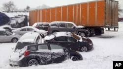 Dari foto yang dirilis oleh Departemen Transportasi Oregon ini, tampak banyak kendaraan yang terjebak badai salju di dekat Albany, Oregon (6/2). Badai salju hebat telah melanda kawasan Barat Laut Amerika selama dua hari, menjatuhkan salju setebal 15 sentimeter yang mengakibatkan jalan-jalan licin dan berbahaya.