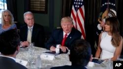 도널드 트럼프 미국 대통령(가운데)이 8일 뉴저지주베드민스터시의 트럼프네셔널골프클럽에서 기자회견을 하고 있다.