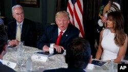 """Presiden AS Donald Trump berbicara mengenai krisis penggunaan """"opioid"""" di AS bersama Menteri Kesehatan Tom Price (kiri) dan Melania Trump Bedminster, New Jersey, Selasa (8/8)."""