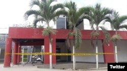 Otro edificio dañado en el balneario de Atacames, provincia de Esmeraldas, Ecuador, tras sismos del lunes 19 de diciembre de 2016. Foto: @Riesgos_Ec.r