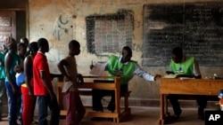 2016年2月14日中非共和国的选民在排队投票。