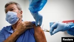 Seorang sukarelawan menerima suntikan vaksin Covid-19 di Pusat Riset AS di Hollywood, Florida, 24 September 2020.