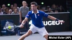 Novak Djokovic saat mengalahkan Andy Murray dalam final turnamen Paris Masters, Minggu (8/11) lalu. Djokovic ingin menutup tahun emas tennisnya, dengan menjuarai turnamen akhir tahun di London.