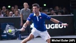 Novak Djokovic saat mengalahkan Andy Murray dalam final BNP Masters di Paris (8/11). (AP/Michel Euler)