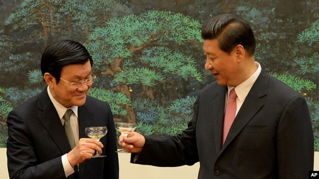 Vietnamese President Truong Tan Sang (L) and Chinese President Xi Jinping toast during a signing ceremony at the Great Hall of the People in Beijing, June 19, 2013.