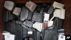 准备在德国汉堡一家废品回收场进行处理的废弃电视剧和电脑。(资料照)