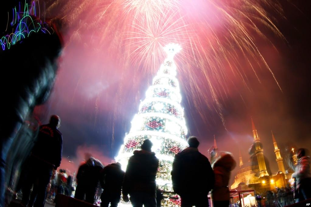레바논베이루트 시내의순교자 광장 위로 새해맞이 불꽃이 터지고 있다.