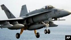 미국 정부가 29일 타이완에 14억 달러 규모의 무기 수출을 승인했다고 밝혔다. 타이완에 수출되는 무기에 포함된 것으로 알려진 AGM-154 합동장거리무기가 미 해군 F/A-18C 전투기에 장착돼있다. AGM-154은 유도폭탄과 공대지미사일의 중간 형태로, 동력을 사용하지는 않지만 장거리 활공해서 목표를 타격한다.