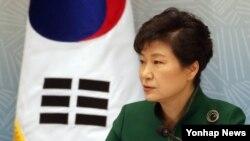 박근혜 한국 대통령이 13일 청와대 영빈관에서 열린 통일준비위원회 제2차회의에서 인사말을 하고 있다. 박 대통령은 이 날 남북이 합의한 고위급 접촉을 남북관계 개선의 기회로 삼아야 한다며 5.24 제재 조치는 대화로 풀어야 한다는 입장을 밝혔다.