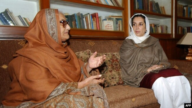 نسیم ولی خان اور سابق وزیرِ اعظم بینظیر بھٹو (فائل فوٹو)