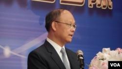 经济部长邓振中6月22日在2015大陆台商端午节座谈联会上致辞(美国之音赵婉成拍摄)