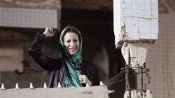 عایشه، دختر معمر قذافی، در خارج از یک مجتمع متعلق به قذافی در طرابلس، که در سال ۱۹۸۶ توسط آمریکا بمباران شد به حمایت از پدرش برخاست