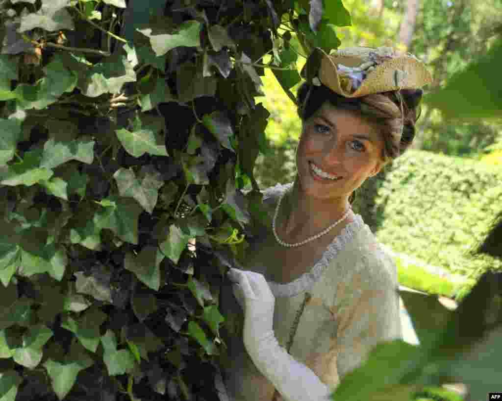Придворная дама, прячущаяся в листве сада