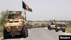 아프가니스탄 북부 쿤두즈 주를 장악한 탈레반을 소탕하기 위해 출격 준비에 나서고 있는 정부군 전차 부대.
