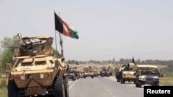 ກອງກຳລັງ ອັຟການິສຖານ ກຽມພ້ອມ ການສູ້ລົບ ກັບກຸ່ມ Taliban ຢູ່ນອກຊານເມືອງ Kunduz, ວັນທີ 21 ມິຖຸນາ 2015.