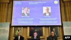 Per Stroemberg, Goeran K Hansson et Per Krusell annoncent les lauréats du prix Nobel d'économie lors d'une conférence de presse à l'Académie royale des sciences de Suède à Stockholm, le 8 octobre 2018.
