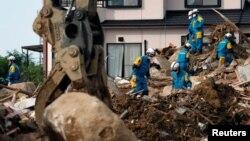 11일 일본 폭우 피해 지역인 히로시마현 구마노에서 구조요원들이 인명 수색을 하고 있다.