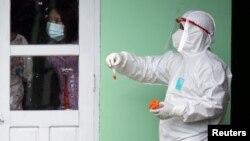 ရန္ကုန္ၿမိဳ႕ Quaratine Center တခုတြင္ တာဝန္ထမ္းေဆာင္ေနၾကေသာ PPE ဝတ္စံုႏွင့္ လုပ္အားေပးမ်ား။ (ေအာက္တိုဘာ ၀၅၊ ၂၀၂၀)