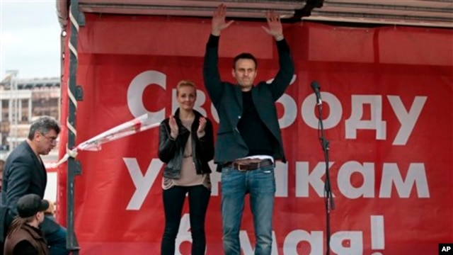Russian opposition leader Alexei Navalny gestures during major protest rally in Bolotnaya Square, Moscow, May 6, 2013.