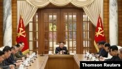 김정은 위원장이 4일 회의를 주재하고 있다.