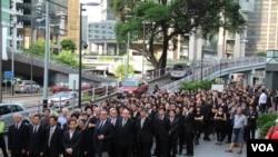 香港法律界举行黑衣游行抗议白皮书损害司法独立(美国之音海彦拍摄)