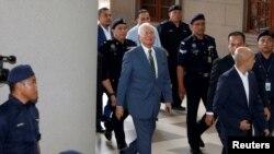 မေလး၀န္ႀကီးခ်ဳပ္ေဟာင္း Najib Razak ႏုိင္ငံပုိင္ 1MDB လုပ္ငန္းက ေဒၚလာဘီလ်ံနဲ႔ခ်ီ အလဲြသုံးမႈနဲ႔ ရင္ဆုိင္ေနရ