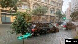 Los vehículos se encuentran atrapados en las aguas después de fuertes lluvias en Nueva Orleans, Louisiana, EE. UU.