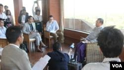2014年1月16日,缅甸外长吴温纳貌伦面对记者们发表谈话。