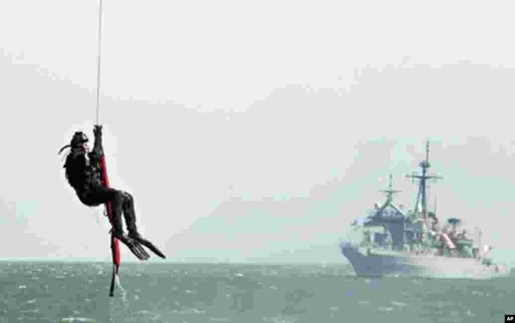 美韩海军2010年4月在黄海举行医疗搜救训练演习