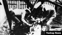 지난 1983년 10월 9일 북한의 버마 아웅산 묘소 폭탄테러사건으로 부상한 한국 수행원을 현지 경찰이 구조하고 있다.
