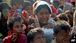 Para migran muslim Rohingya menangis saat tiba di Simpang Tiga, Aceh Rabu (20/5).