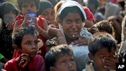 Serorang migran yang diselamatkan menangis setibanya di Simpang Tiga, Aceh (20/5). (AP/Binsar Bakkara)