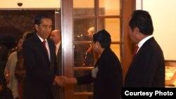 Presiden Joko Widodo disambut Menteri Luar Negeri Retno Marsudi dan Kepala BIN Sutiyoso di California, Minggu sore (14/2).