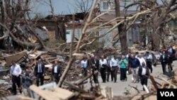 El presidente Barack Obama dijo a los residentes de Joplin que todo el país los acompañará en cada paso del camino de la reconstrucción.
