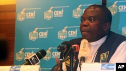 Le président de la CENI, Rev. Ngoy Mulunda, parle à Kinshasa le 27 nov. 2011