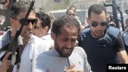 警察围住一名男子,他被怀疑参与了酒店袭击(2015年6月26日)